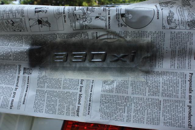 PLASTI DIP Черный на знаке BMW Шаг 2