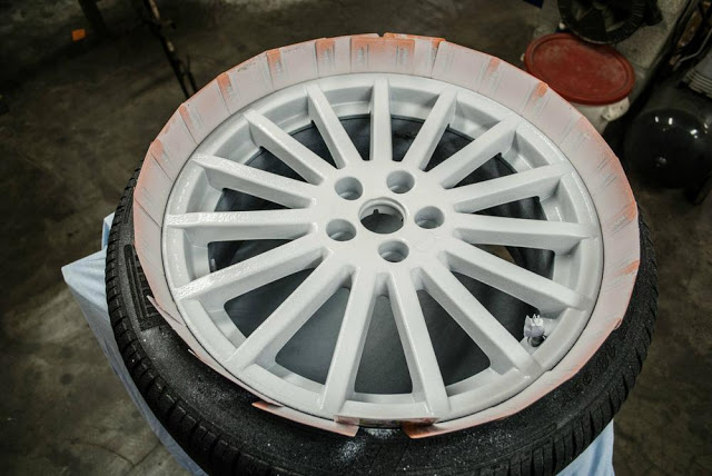 Шестой, последний слой жидкой резины PLASTI DIP на диске Ford RS
